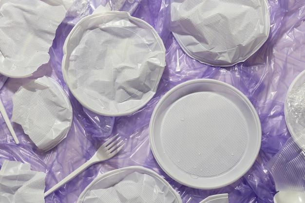 Assortimento di oggetti di plastica ordinati