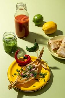 Assortimento di ingredienti tamales su un tavolo verde