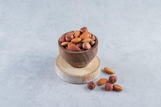 Assortimento di gustosa frutta secca e noci in ciotola di legno.