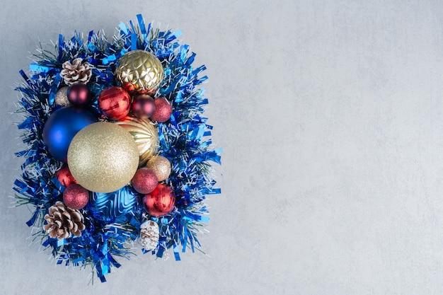 Assortimento di varie decorazioni natalizie su una tavola di legno su una superficie di marmo
