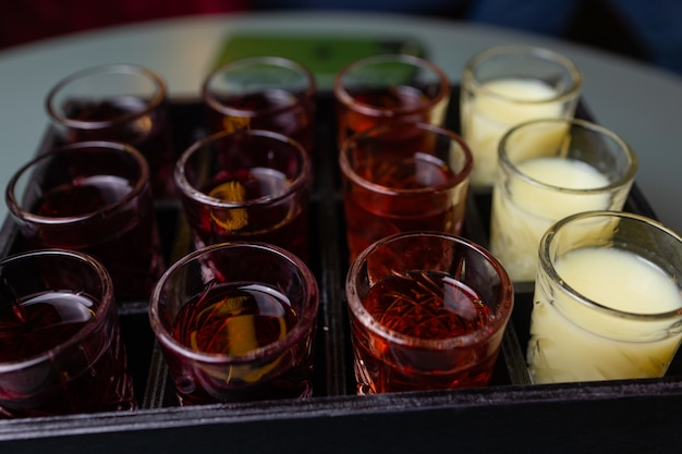 보드카, 코냑, 데킬라, 브랜디, 위스키, 그라파, 리큐어, 베르무트, 팅크, 럼 등 다양한 잔에 담긴 다양한 단단하고 강한 알코올 음료
