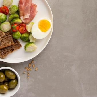 Assortimento di verdure e uova copia spazio
