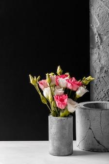 꽃병에 아름다운 장미와 구색