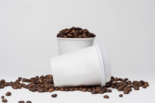 Ассортимент кофейных чашек и зерен