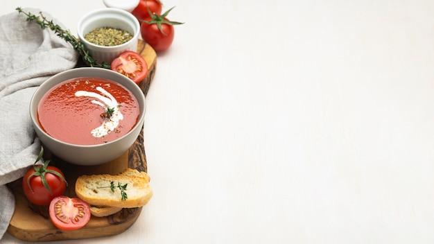 Ассортимент вкусных блюд местной кухни с копией пространства
