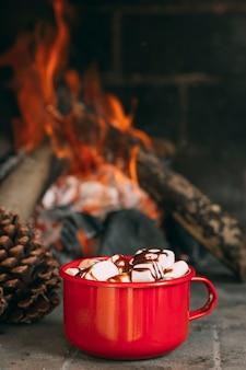 暖炉のそばのマグカップの品揃え
