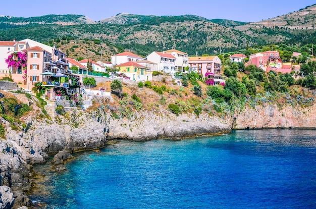 그리스 kefalonia의 절벽에 assos 마을 건설