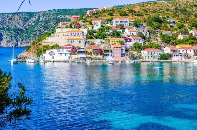 Kefalonia, 그리스의 아름다운 푸른 코브에있는 assos 마을