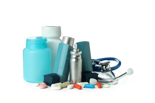 Аксессуары для лечения астмы, изолированные на белом фоне
