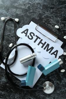 Аксессуары для лечения астмы на черном дымчатом столе