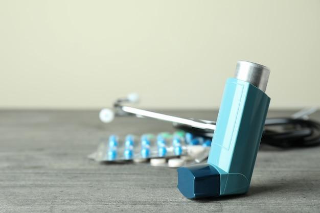 Аксессуары для лечения астмы на сером текстурированном столе