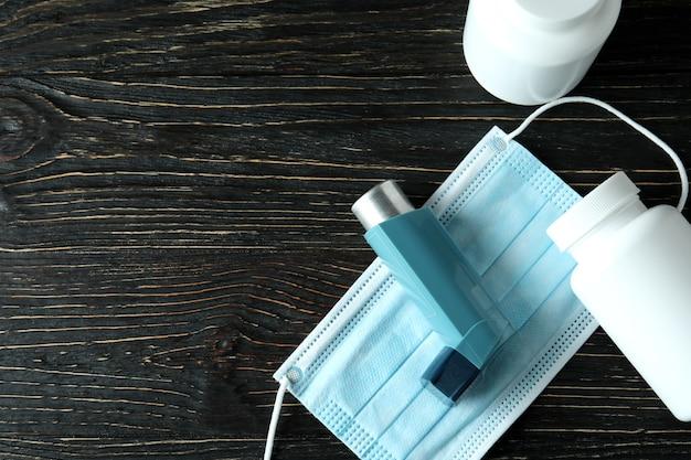 Аксессуары для лечения астмы на деревенском деревянном столе