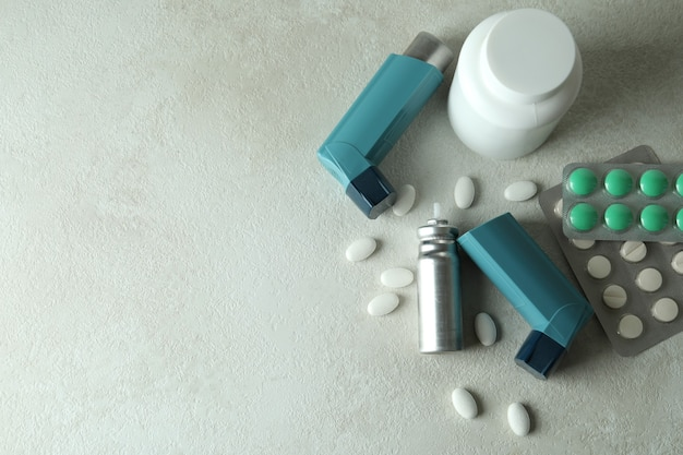 Аксессуары для лечения астмы на белом текстурированном столе