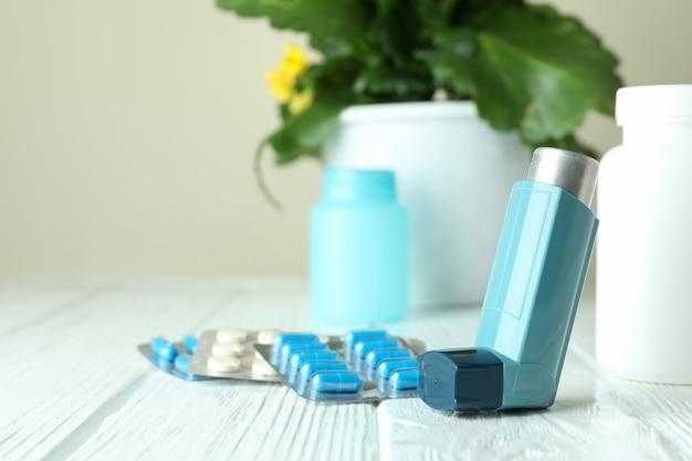 Аксессуары для лечения астмы на белом деревянном столе