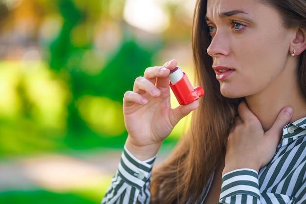 喘息発作および窒息による吸入器を使用した屋外喘息