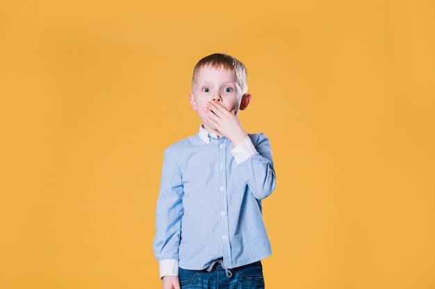 Удивленный мальчик смотрит на камеру