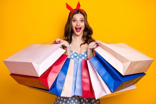 Изумленные, держащие много сумок для покупок, кричат, носят синюю ретро-красную повязку на голову