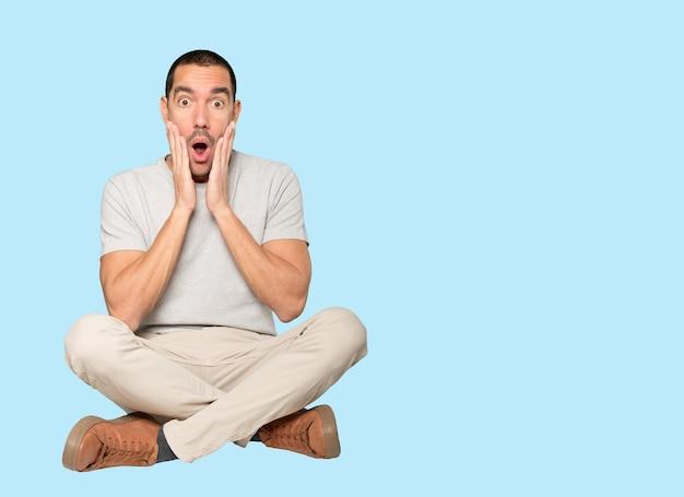 Удивленный молодой человек с жестом шока