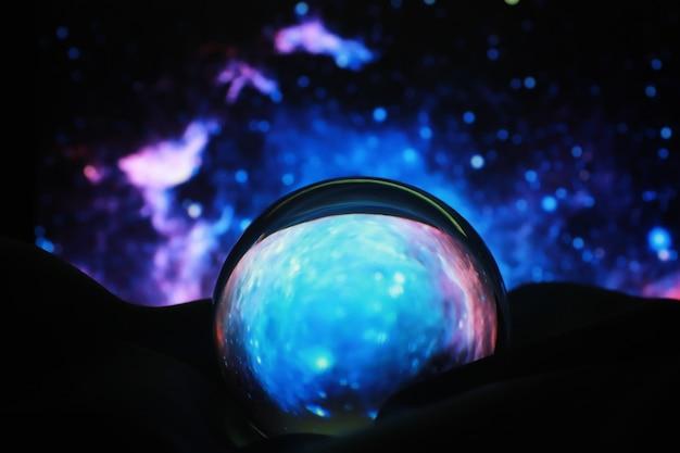 점성술 배경입니다. 예측이 있는 수정 구슬. 별의 운세. 운세와 운명의 결정. 수정 구슬을 가진 점쟁이.
