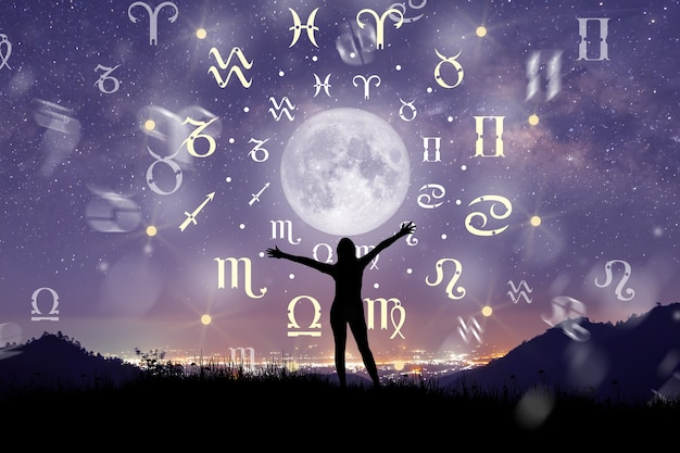 星占いの円の内側の占星術の星座。星座と天の川の背景に星と月を相談する女性のシルエットのイラスト。宇宙の概念の力。