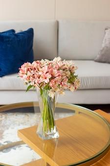 Цветочная композиция из астромелий в красивой гостиной