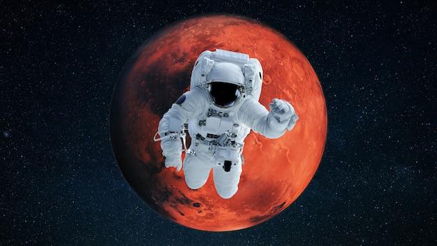 붉은 행성 화성을 배경으로 우주 비행사가 날아가 열린 공간에서 임무를 수행합니다. 우주의 우주인