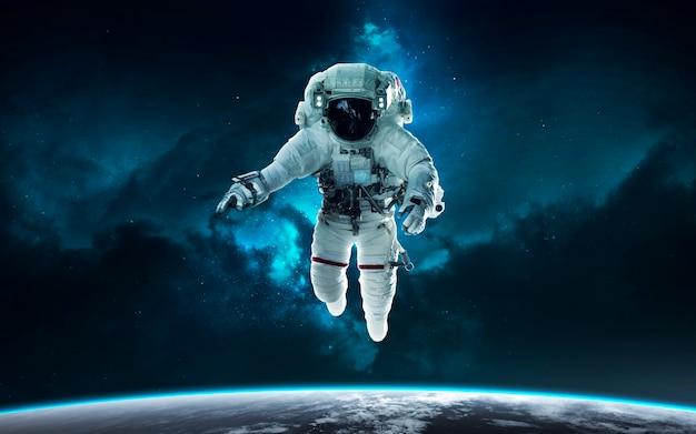 Астронавт и планета земля. научно-фантастические обои. элементы этого изображения, предоставленные наса