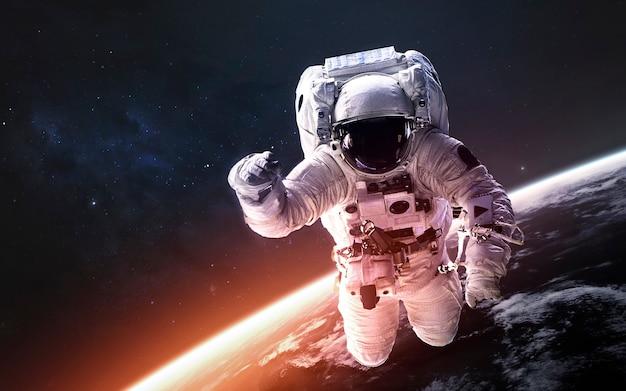 Астронавт на выходе в открытый космос на околоземной орбите. элементы этого изображения, предоставленные наса