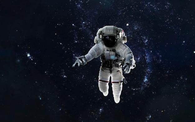 Астронавт на выходе в открытый космос, открытый космос, галактика в глубоком космосе. элементы этого изображения, предоставленные наса