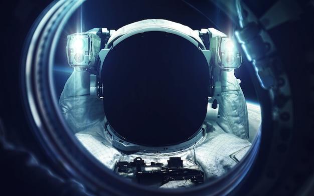 Астронавт на выходе в открытый космос