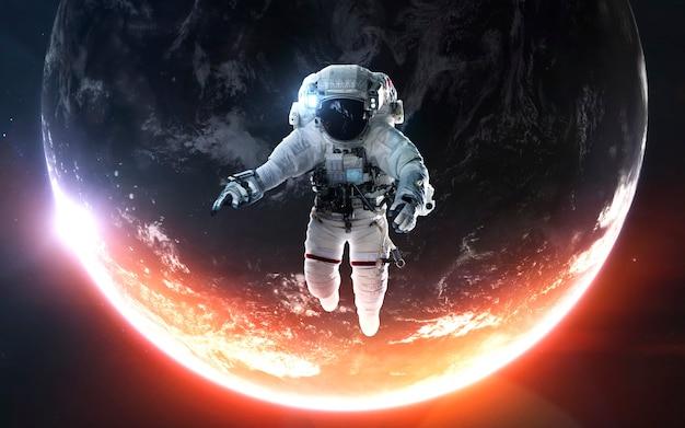 Космонавт на выходе в открытый космос. потрясающе красивая планета земля в холодном и теплом свете. элементы этого изображения, предоставленные наса