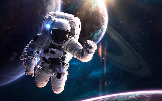 Космонавт на выходе в открытый космос. изображение глубокого космоса, фантастическая фантастика в высоком разрешении идеально подходит для обоев и печати. элементы этого изображения, предоставленные наса