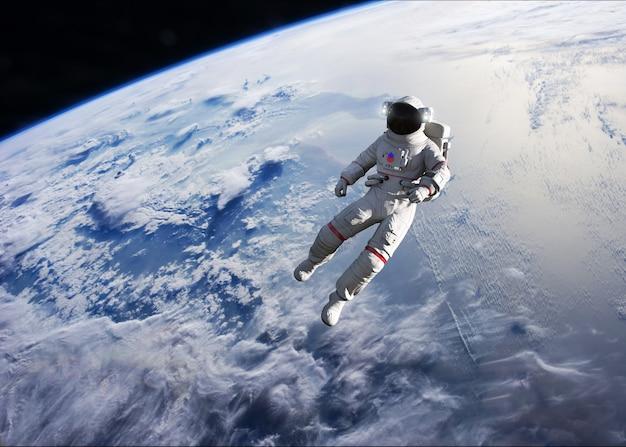 地球軌道上で船外活動を行う宇宙飛行士。
