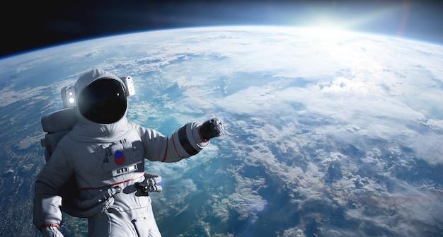 Космонавт проводит выход в открытый космос на околоземной орбите.