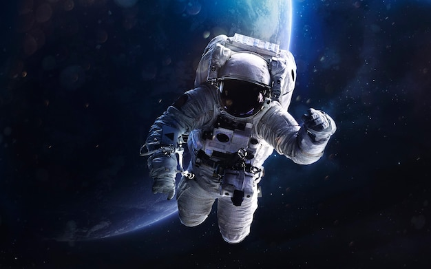 Астронавт. изображение глубокого космоса, фантастическая фантастика в высоком разрешении идеально подходит для обоев и печати. элементы этого изображения, предоставленные наса