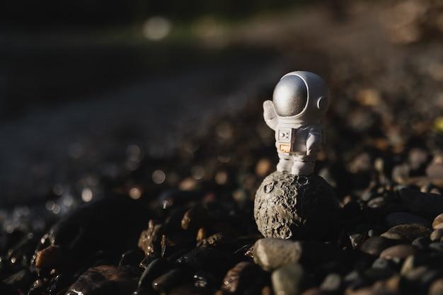 地面に立っている宇宙飛行士の置物