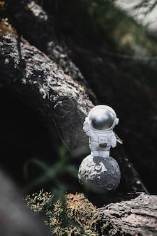 宇宙飛行士の置物は木々の間に立っています
