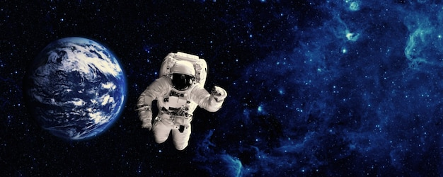 우주 비행사는 우주에서 지구 위로 날아갑니다. nasa에서 제공한 이 이미지의 요소