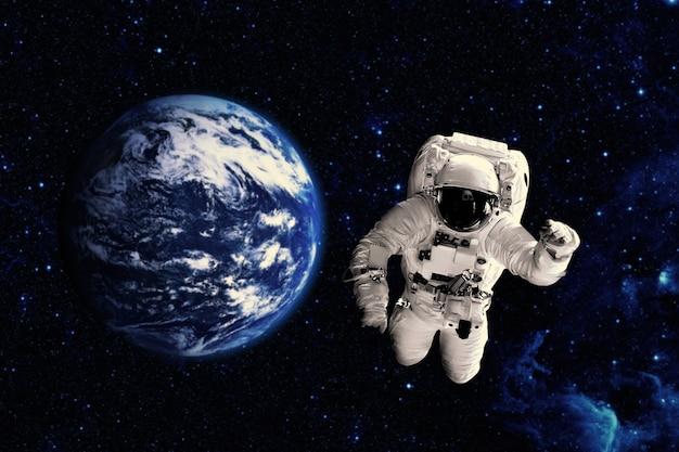 Астронавт пролетает над землей в космосе