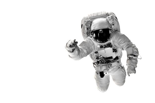 Астронавт летит над землей в космосе.