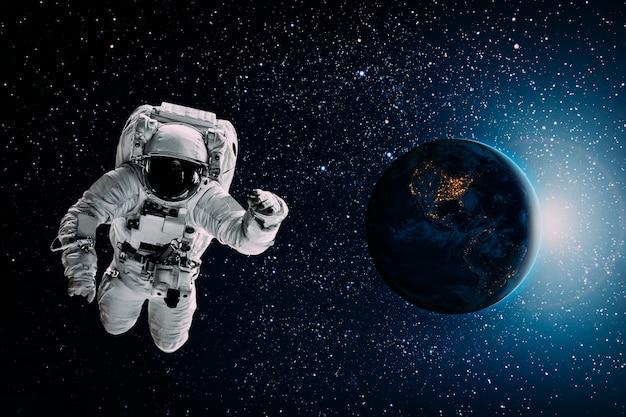 Астронавт летит над землей в космосе