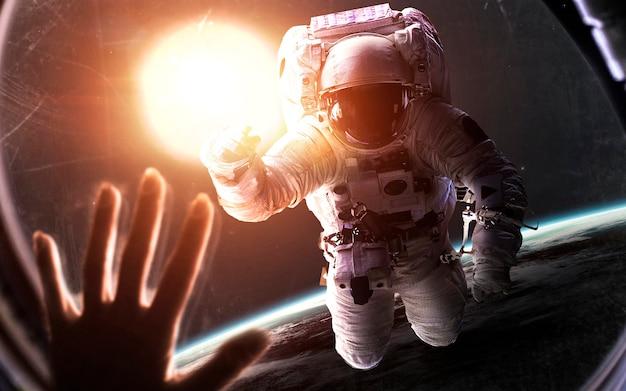 Астронавт перед ярким солнцем. визуализация космической научной фантастики. элементы этого изображения, предоставленные наса