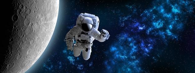 Астронавт в космическом пространстве возле луны, которая находится позади. голубая красивая туманность. элементы этого изображения предоставлены наса.