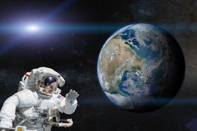 地球上の宇宙空間にいる宇宙飛行士