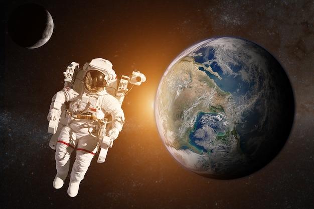 Астронавт в космическом пространстве на земле