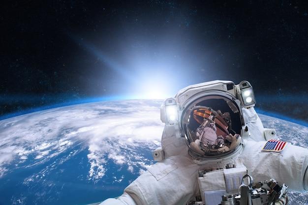 지구상의 우주 공간에서 우주 비행사