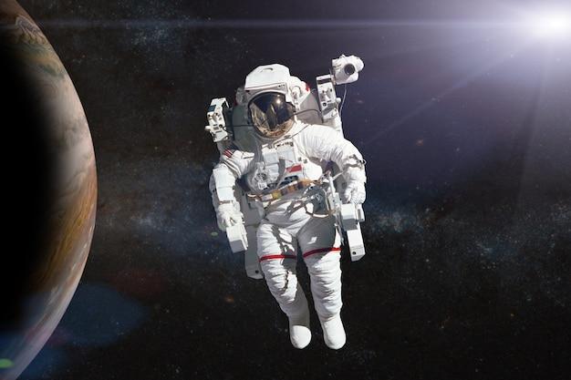 惑星の宇宙空間にいる宇宙飛行士