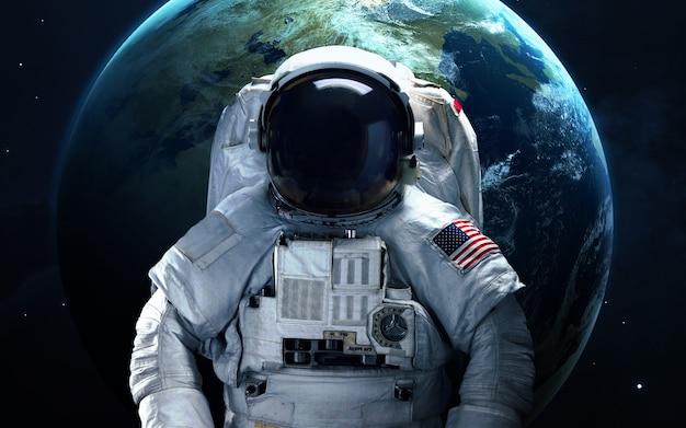 Астронавт в космосе. выход в открытый космос. элементы этого изображения, предоставленные наса