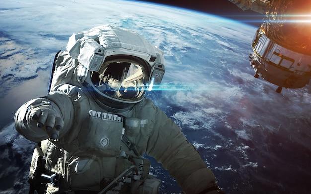 우주 공간에서 우주 비행사. 우주 유영.