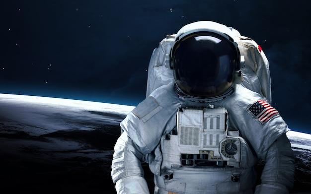 Астронавт в космосе. выход в открытый космос.